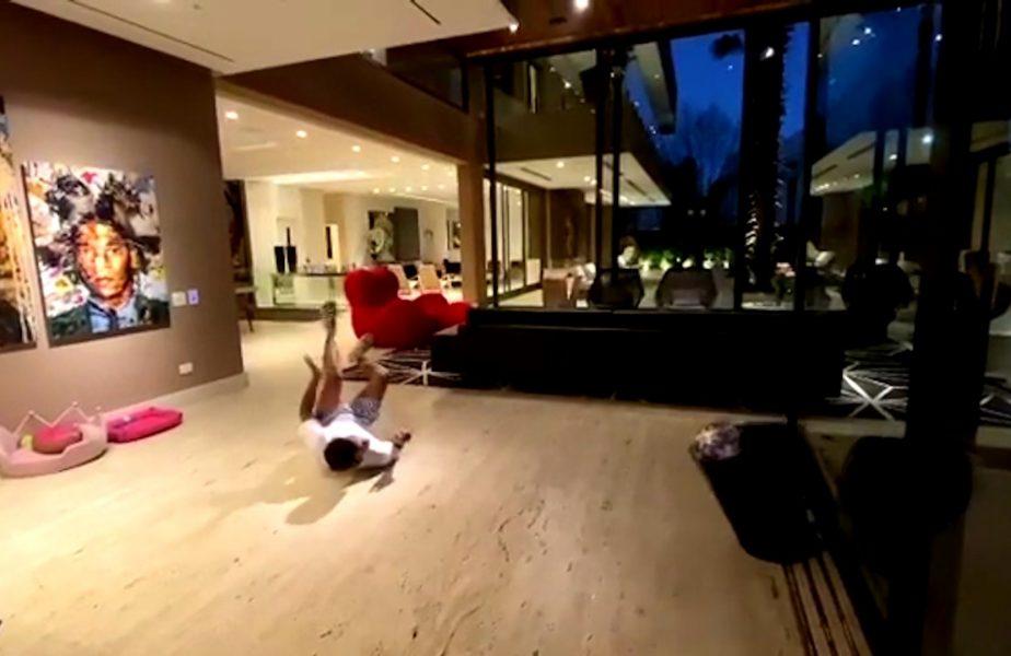Dani Alves isi arata talentul si in sufragerie!