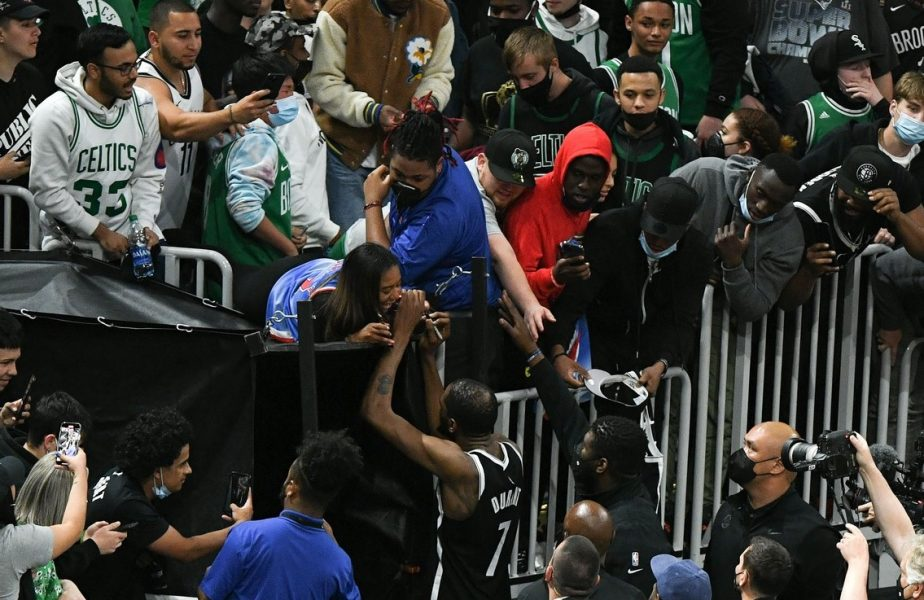 Suporter, suspendat pe viață, în NBA! A ajuns la poliție după ce a aruncat cu o sticlă de apă către jucătorii adversarei