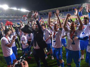 Marinos Ouzounidis, fericit alături de jucătorii Craiovei