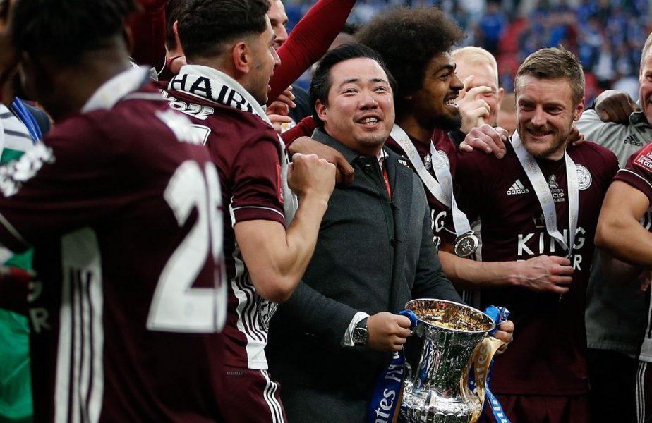 Impresionant! Patronul lui Leicester a ridicat trofeul alături de jucători, după 1-0 cu Chelsea în finala Cupei Angliei