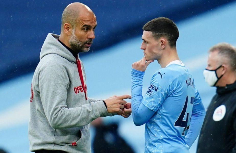 Phil Foden primeşte indicaţii de la antrenorul lui Manchester City, Pep Guardiola