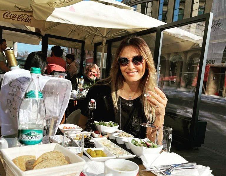 """Vedeta de 51 de ani din România a divorţat anul trecut şi primeşte avansuri din partea prietenilor fiului său de 22 de ani: """"E ceva firesc"""""""