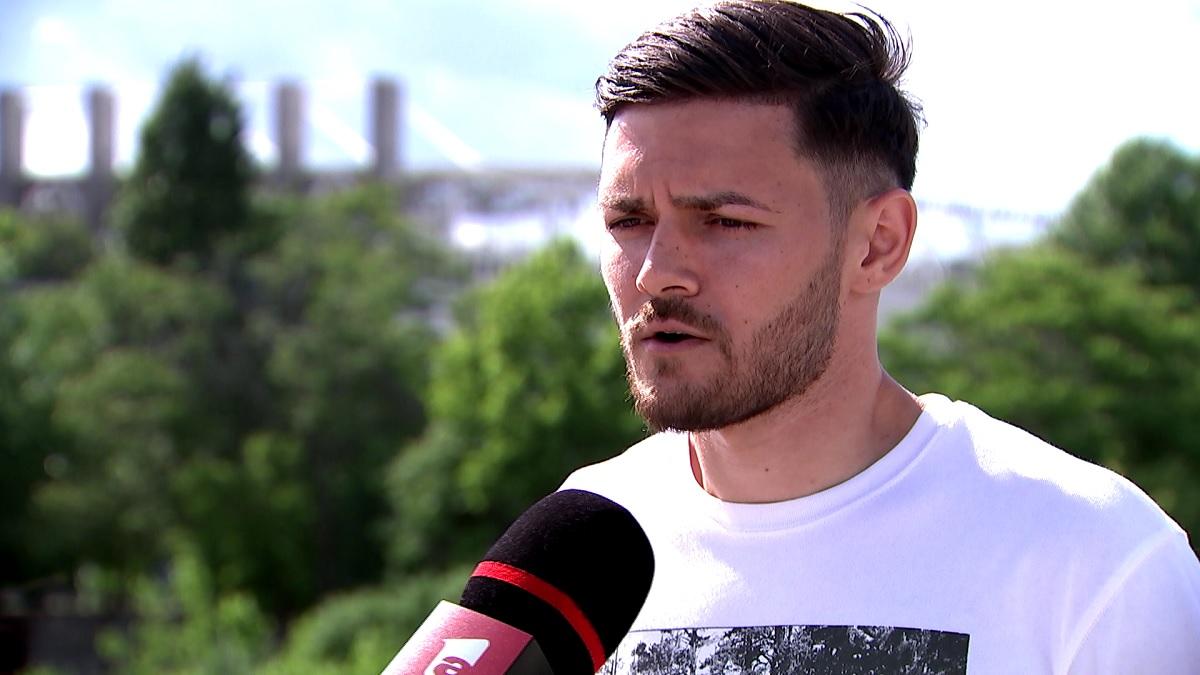 Alex Ioniţă, în apropierea stadionului Giuleşti, în timpul unui interviu acordat pentru Antena 1