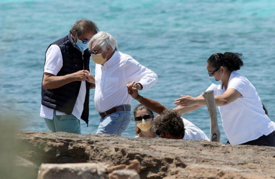 Bernie Ecclestone, ajutat în vacanţă de soţia care îi este cu 45 de ani mai tânără. Imagini uluitoare cu fostul magnat din Formula 1