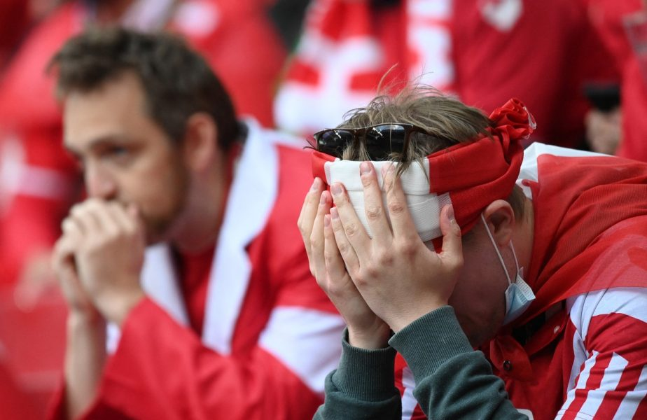 Euro 2020 | Imagini cutremurătoare după ce Christian Eriksen s-a prăbuşit pe teren! Fanii şi jucătorii au izbucnit în lacrimi şi s-au rugat pentru viaţa starului danez