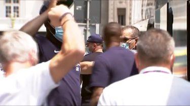 """Reacţia lui Didier Deschamps când un fan a strigat """"Forza Juve"""" în momentul în care s-a dat jos din autocar, în România"""