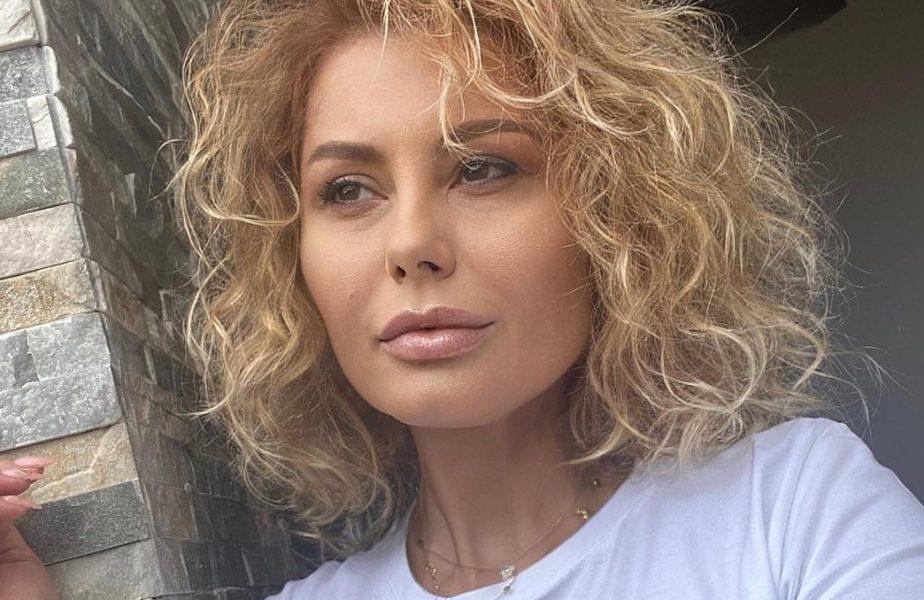 """""""M-a cerut de două ori!"""" O celebră cântăreaţă din România a cedat şi se căsătoreşte după 10 ani de relaţie: """"Eu sunt mai vulcanică!"""" Naş va fi un celebru milionar"""