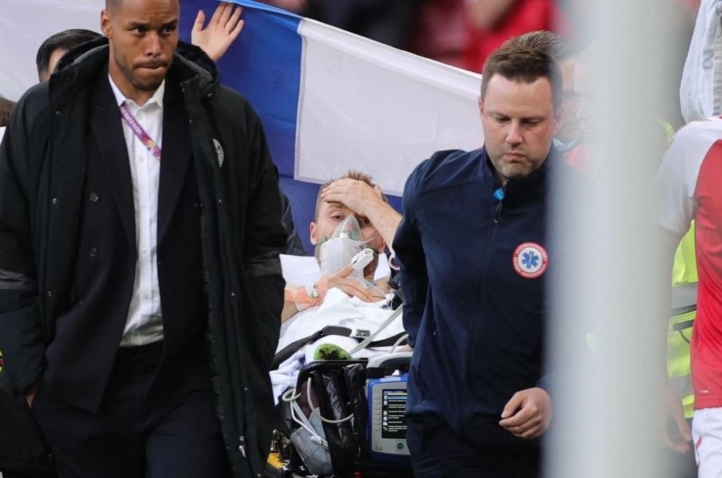 """Euro 2020   Cum a fost surprins Christian Eriksen în timp ce era scos din stadion: """"A ridicat o mână!"""" Imaginea care a apărut pe internet"""