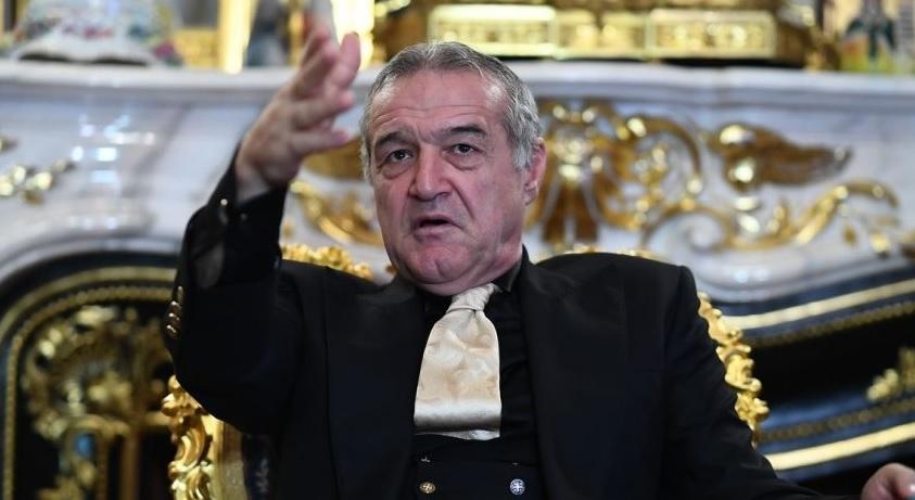 Gigi Becali, la palatul din centrul Bucureştiului, la o conferinţă de presă