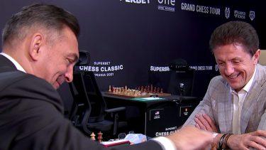 """Imagini memorabile cu Ilie Dumitrescu şi Gică Popescu! Cei doi a jucat o partidă de şah! Gluma zilei: """"Are si el acum o poză de valoare în telefon!"""""""