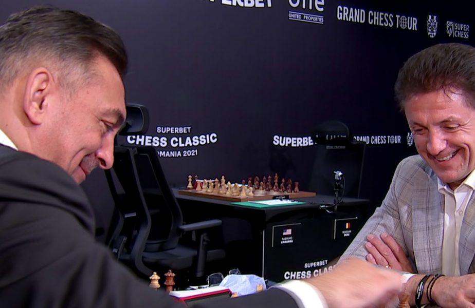 """Imagini memorabile cu Ilie Dumitrescu şi Gică Popescu! Cei doi au jucat o partidă de şah! Gluma zilei: """"Are si el acum o poză de valoare în telefon!"""""""