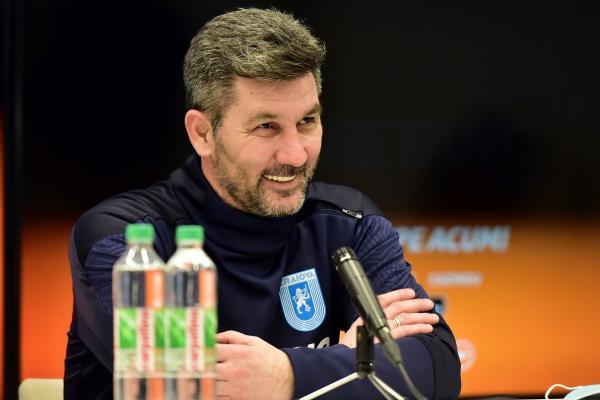 Marinos Ouzounidis, antrenorul lui CSU Craiova, în timpul unei conferinţe de presă