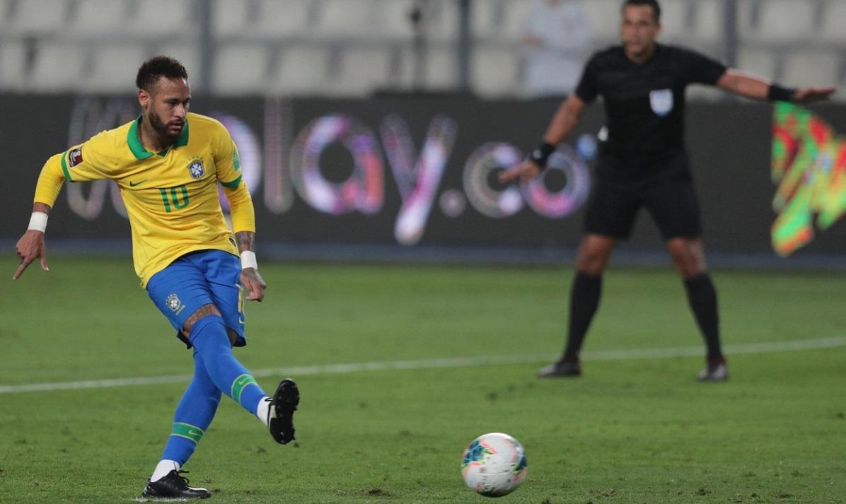 Neymar, la un meci, în tricoul Braziliei, în timp ce execută un penalty