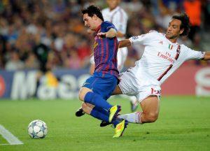 Alessandro Nesta, în duel cu Lionel Messi, într-un meci AC Milan - Barcelona din Champions League