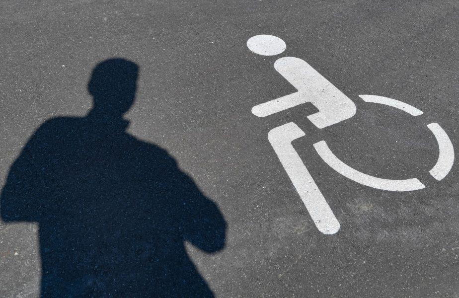 Bărbatul celebru din România care a parcat pe locul persoanelor cu dizabilități pentru a-și cumpăra mici și bere