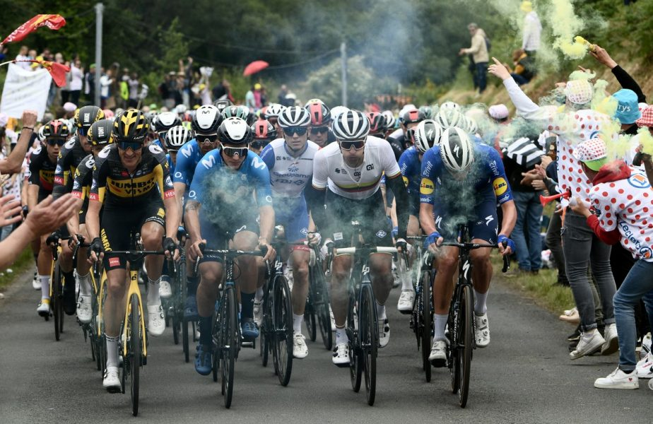 Căzătură teribilă în prima zi din Turul Franţei 2021! Zeci de ciclişti au fost afectaţi. De vină a fost o spectatoare