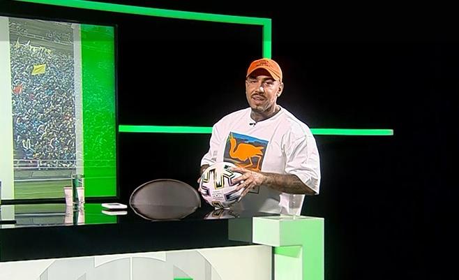 """Știe cu varza :)! Alex Velea a făcut SuperShow: """"Am bătut mingea pe maidan!"""" Artistul a făcut jonglerii în platoul AS.ro LIVE: """"Îi veneram pe cei din Generația de Aur"""""""