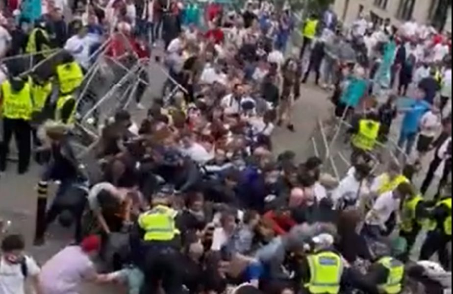 EURO 2020 | Anarhie pe străzile din Londra înainte de Italia – Anglia! Ultraşii au invadat arena Wembley şi s-au luat la bătaie cu stewarzii. Comunicatul oficial!