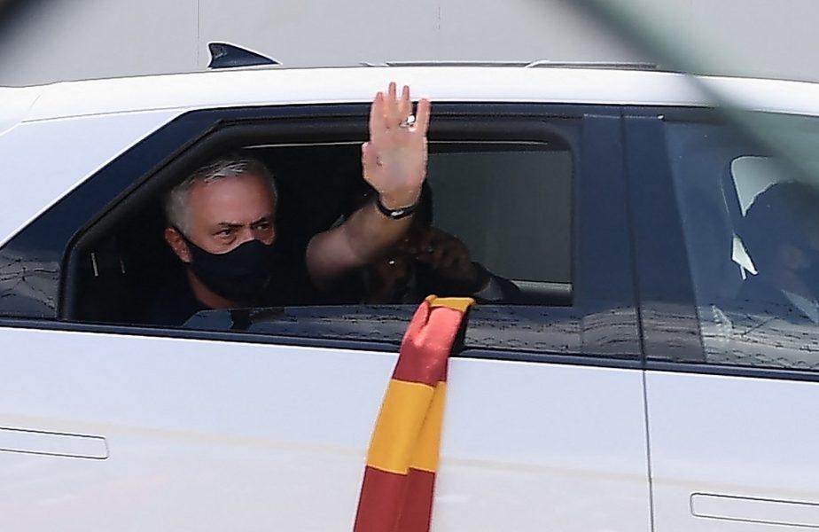 """Jose Mourinho a ajuns în capitala Italiei şi este pregătit să stea pe banca lui AS Roma. Fanii l-au aşteptat la aeroport. """"HabeMOUs papam"""""""