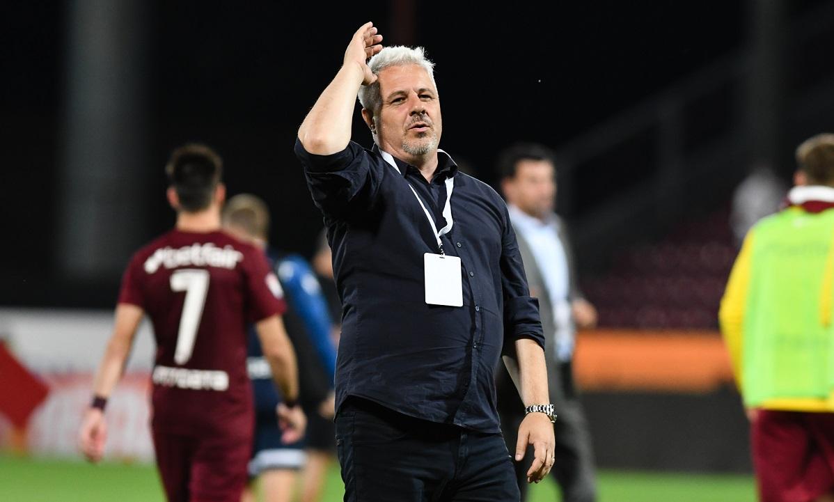 Marius Şumudică, antrenor CFR Cluj, salută fanii din Gruia