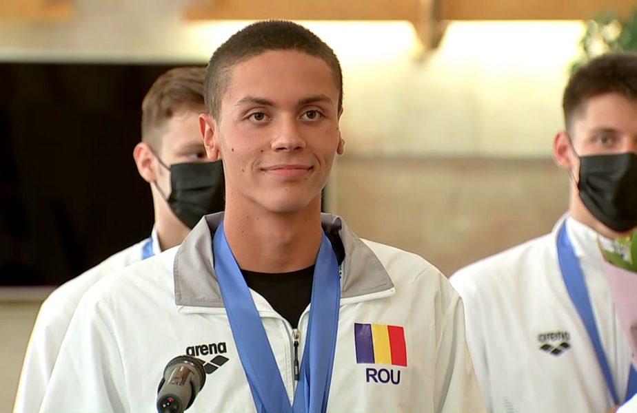 """David Popovici a revenit în ţară după ce a scris istorie la Campionatul European. Moment genial la conferinţa de presă. """"Sunt un băiat care înoată repede!"""". Ce spune despre Jocurile Olimpice"""