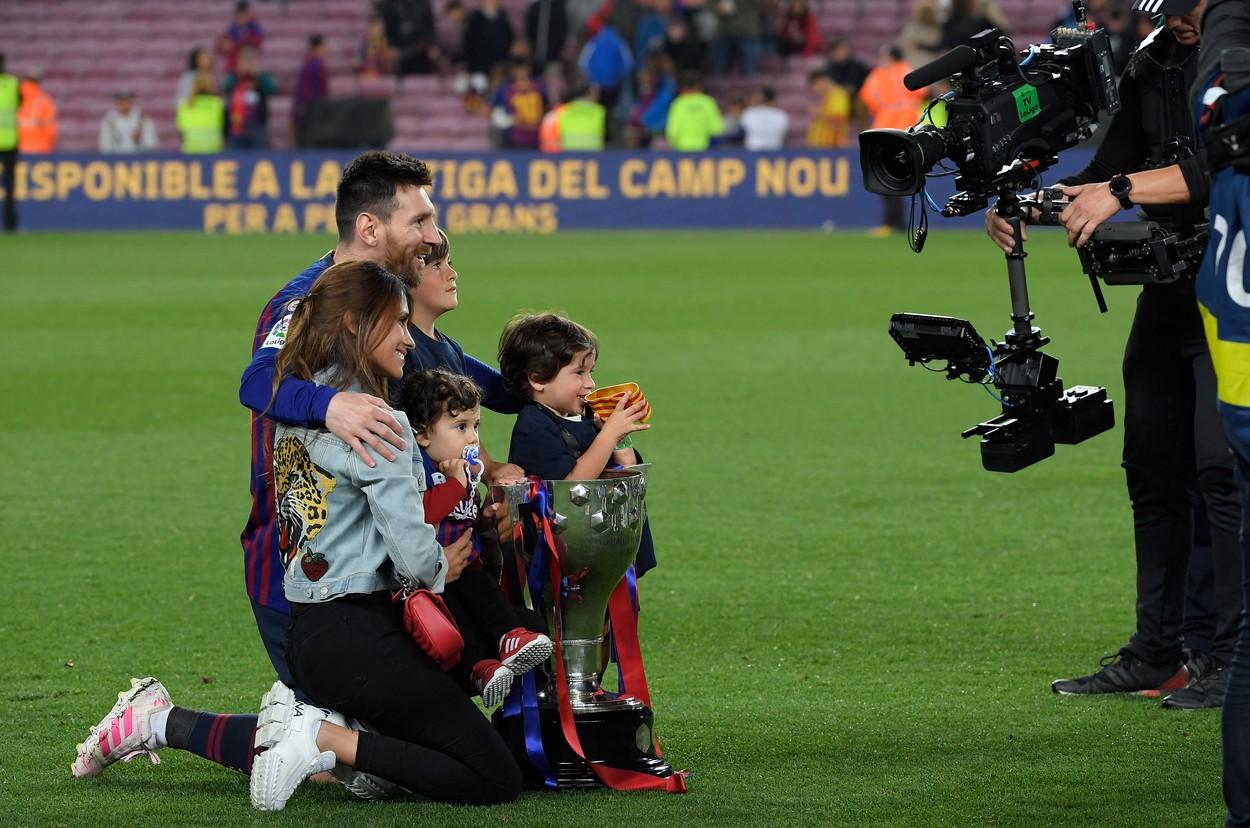 Lionel Messi, alături de soţie şi cei trei copii, pe Camp Nou