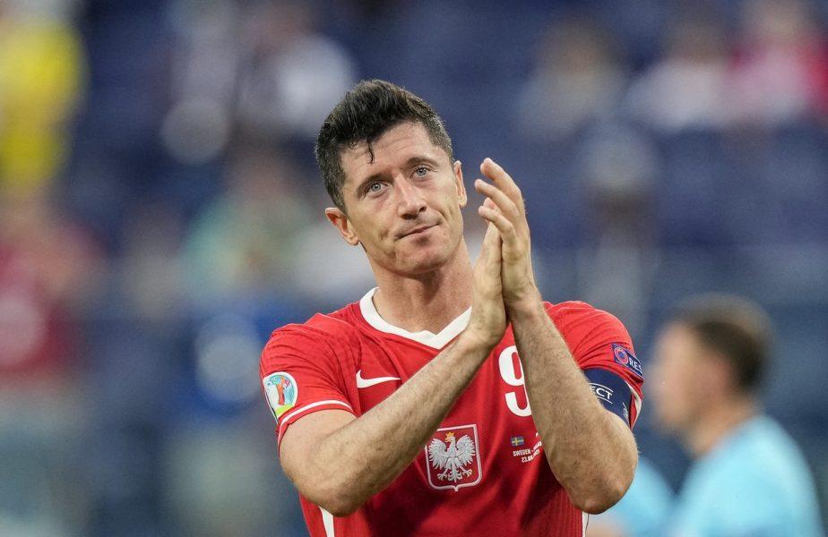 Robert Lewandowski, imagini impresionante. Starul lui Bayern a jucat fotbal cu mai mulţi copii într-o piaţă din Sardinia