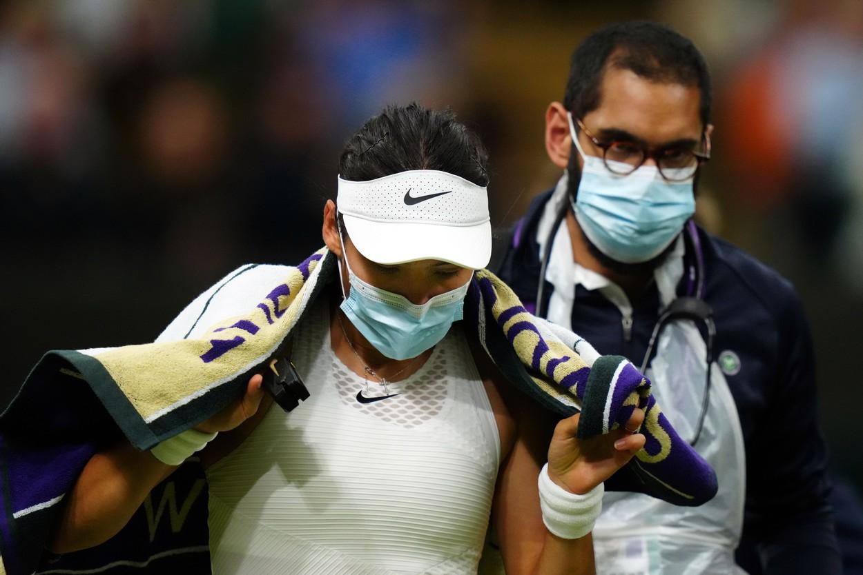Wimbledon 2021 | Emma Răducanu a abandonat în setul al doilea al partidei cu Tomljanovic. Sportiva de 18 ani a acuzat dificultăţi de respiraţie