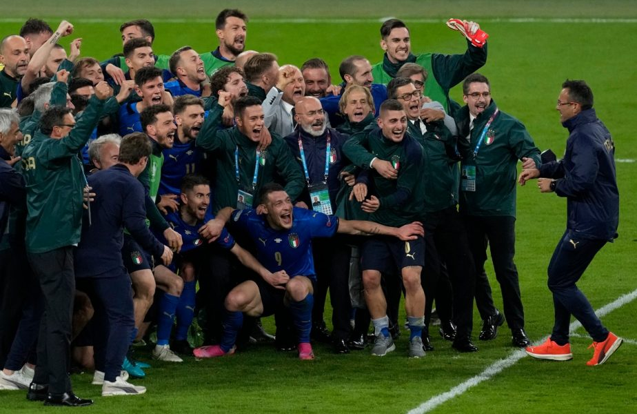 """EURO 2020   Un fan al Italiei a sărbătorit alături de jucători! Marco Verratti a fost şocat: """"Dar tu cine d…. eşti?!"""""""