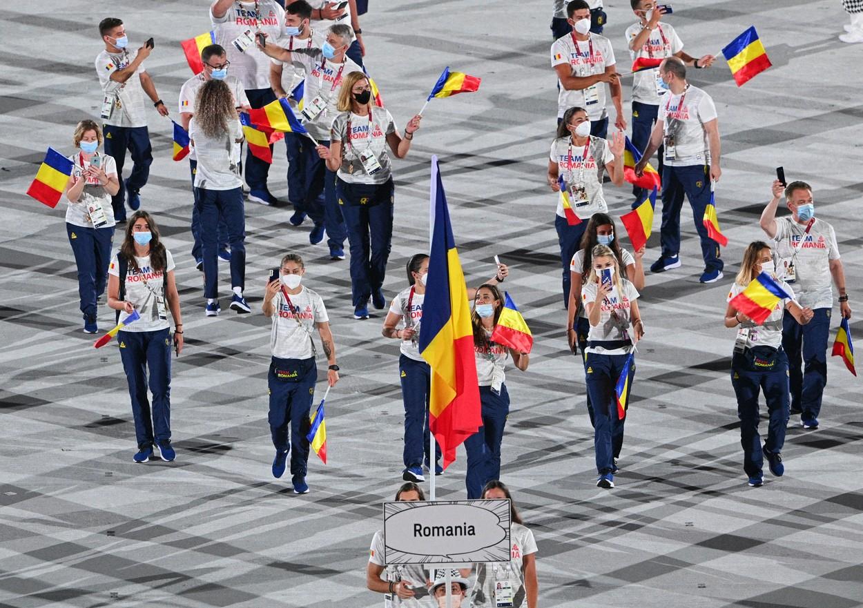 Simona Radiş şi Robert Glinţă au purtat drapelul în fruntea delegaţiei României la ceremonia de deschidere a Jocurilor Olimpice 2020