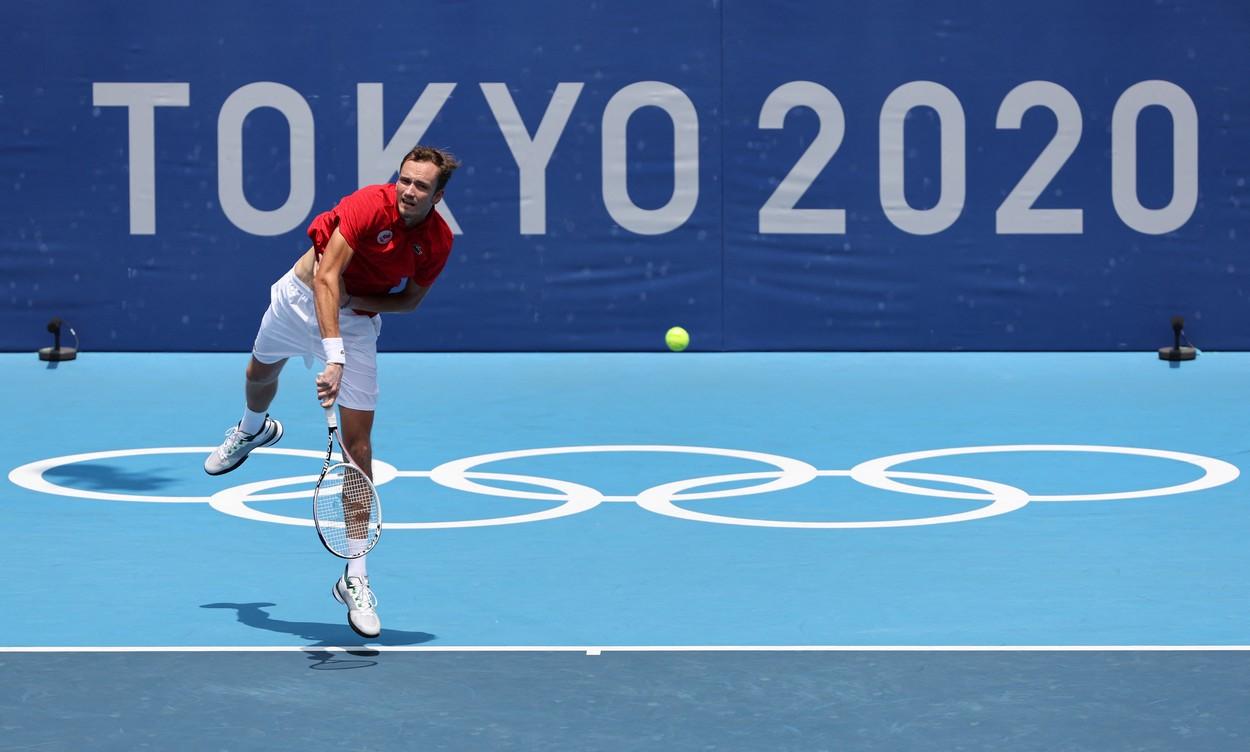 Daniil Medvedev serveşte în meciul cu Fabio Fognini de la Jocurile Olimpice 2020