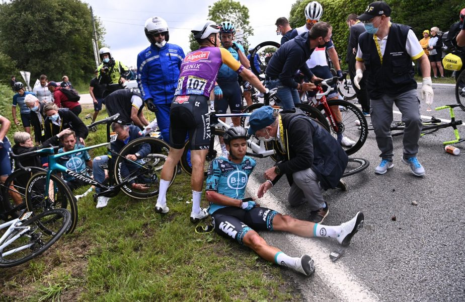 Turul Franţei | Ce s-a întâmplat cu spectatoarea care a provocat accidentul horror! Femeia s-a predat autorităţilor şi urma să primească o amendă