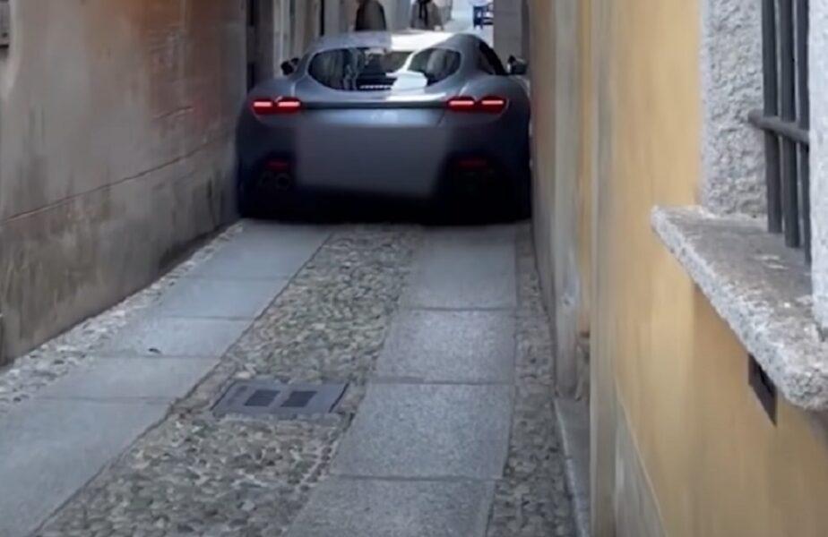 Un Ferrari Roma a rămas înţepenit pe o stradă îngustă