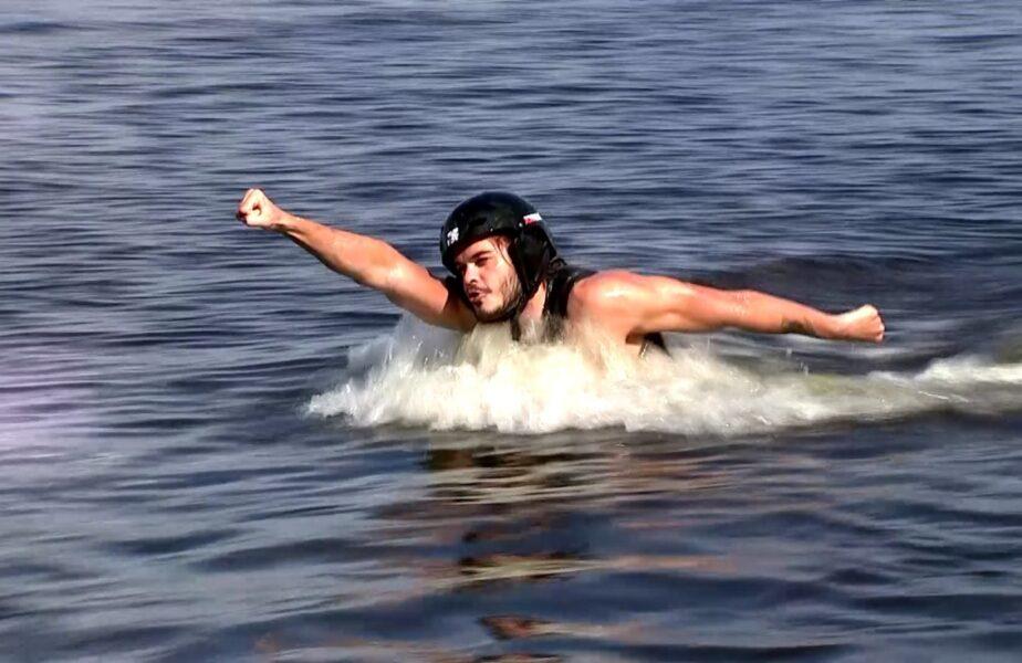 """""""Poseidon de Snagov!"""" Robert Glință a intrat în pielea lui Superman! Înotătorul a ieșit la joacă și a """"zburat"""" prin apă"""