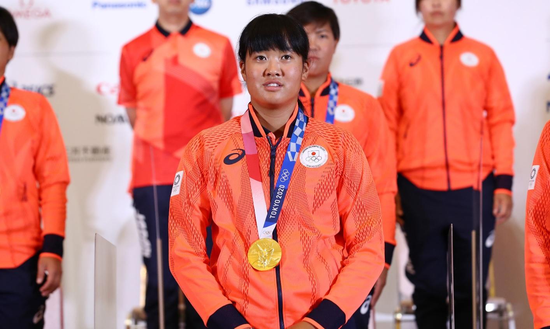 Campioana olimpică a primit o altă medalie de aur după ce un primar a muşcat din ea