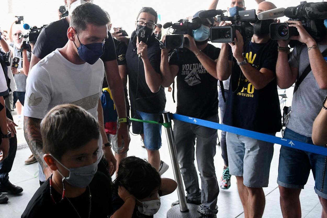 Lionel Messi, la aeroportul din Barcelona, în drum spre Paris