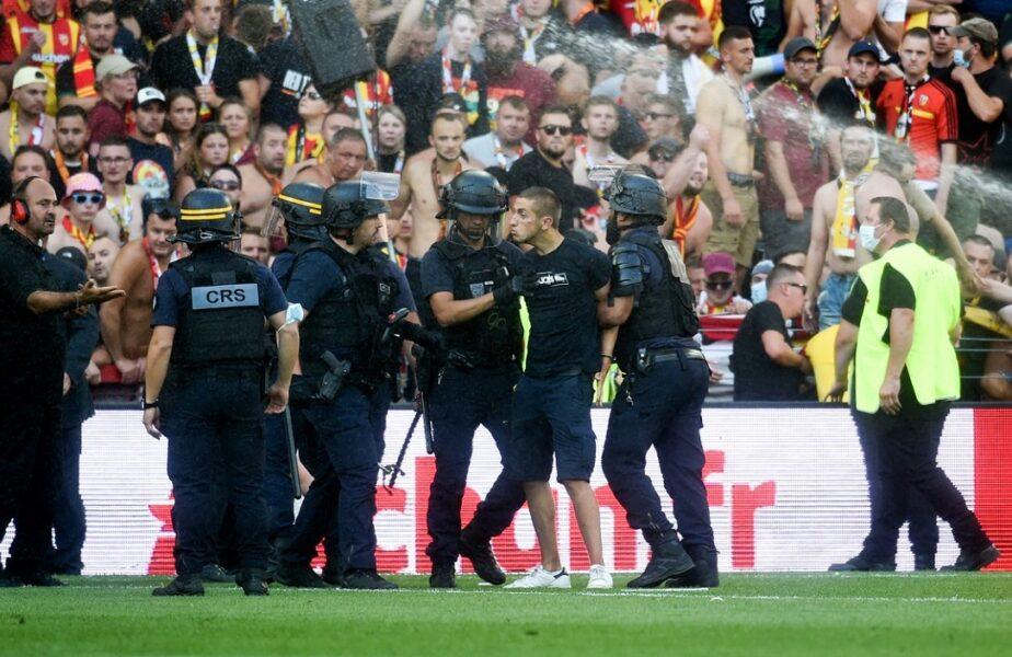 """""""Revoluţia franceză"""", episodul 2! Incidente grave în timpul derby-ului Lens – Lille. Ultraşii s-au luat la bătaie şi s-a lăsat cu arestări pe teren"""