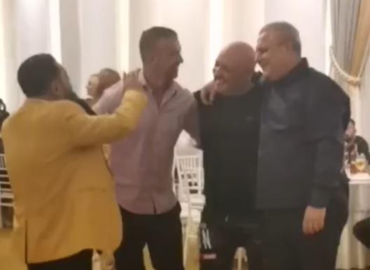 """Marius Șumudică, prima apariție publică după ce a fost umilit de Neluțu Varga! A aruncat cu banii în lăutari și s-a dezlănțuit pe ritmuri de manele cu Daniel Pancu și Gigi Corsicanu. """"De cine mi-e mie dor / De Pancu și Șumi-Gol"""""""