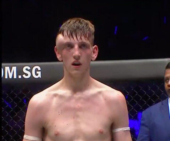 Imagine brutală cu un luptător MMA! S-a ales cu un hematom uriaş la cap în timpul unui meci şi a fost operat de urgenţă