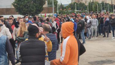 Cupa României | Tot oraşul la meci! Interes uriaş pentru CS Hunedoara – FCSB. Sute de oameni s-au aşezat la coadă, în faţa stadionului