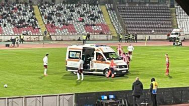 Momente de panică în meciul Dinamo – Rapid! A fost nevoie de intervenţia de urgenţă a ambulanţei. Răuţă, cu masca de oxigen, a ajuns la spital UPDATE
