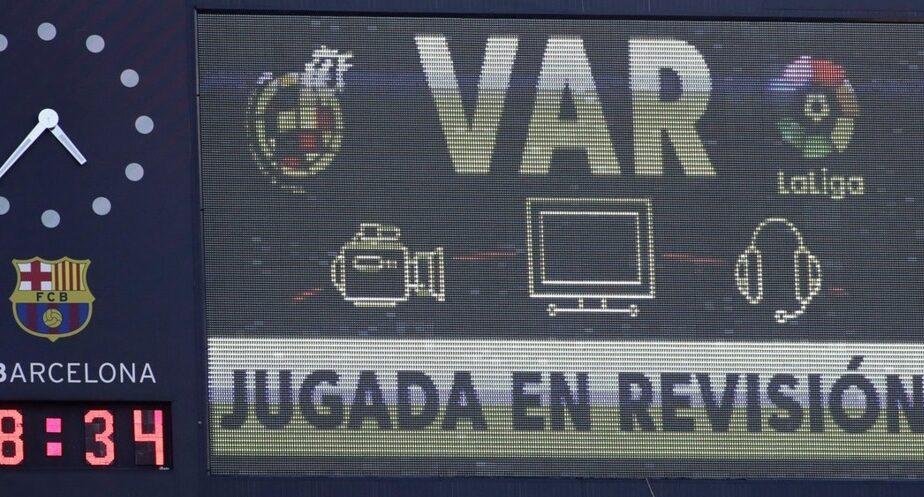 """Barcelona – Real Madrid. Cum a influențat apariția VAR El Clasico. Arbitrul de azi, """"prieten"""" cu arbitrajul video"""