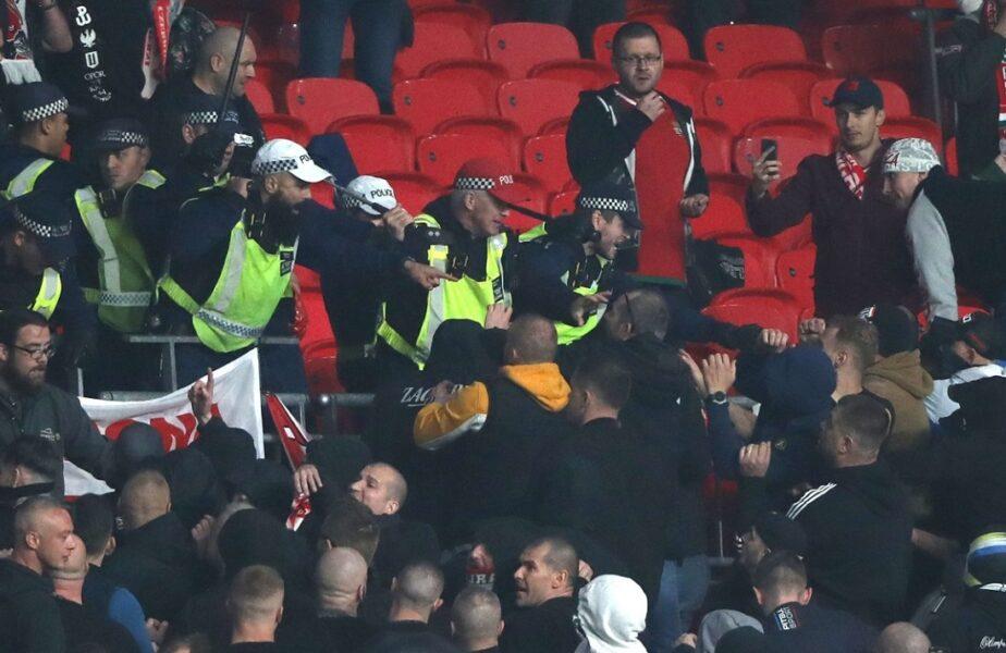 Ultrașii s-au luat la bătaie cu polițiștii pe Wembley