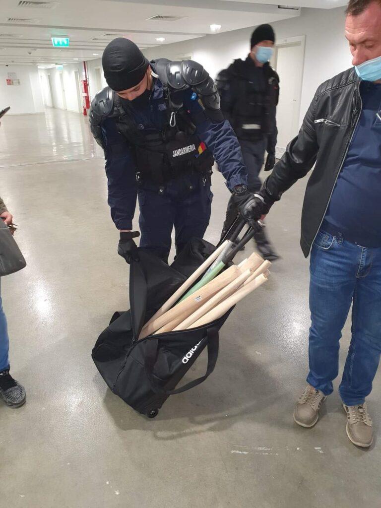 Jandarmii au descoperit mai multe genţi cu bâte