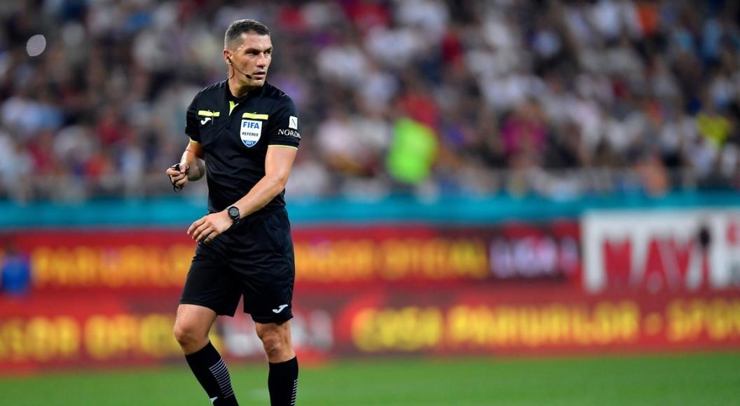Istvan Kovacs îl arbitrează pe Pep Guardiola