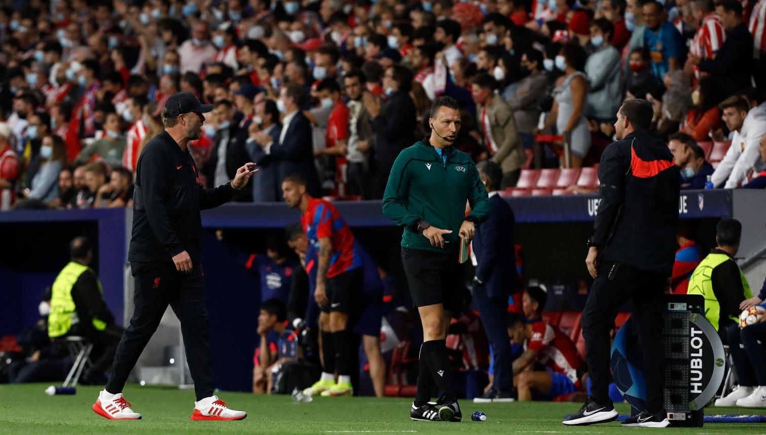 Reacţia lui Jurgen Klopp după ce Diego Simeone l-a lăsat cu mâna întinsă la finalul meciului Atletico - Liverpool 2-3